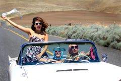 Девушки партии в автомобиле с откидным верхом Стоковая Фотография