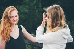 Девушки пар идя совместно говорящ Стоковая Фотография