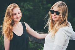 Девушки пар идя совместно наслаждающся Стоковое Фото