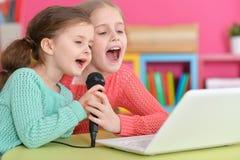 Девушки пея караоке Стоковые Изображения RF