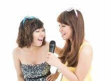 Девушки пея караоке Стоковое фото RF