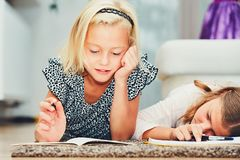 Девушки писать домашнюю работу Стоковая Фотография