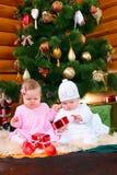 девушки подарков рождества младенца играя 2 Стоковая Фотография