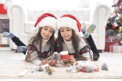 Девушки подготавливая для рождества Стоковые Изображения