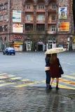 Девушки под зонтиком в Ереване стоковые изображения