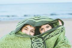 2 девушки покрытой с одеялом Женщины предусматриванные с вуалью и загадочным взглядом стоковые изображения rf
