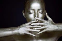 Девушки портрета unearthly серебряные, руки около стороны Очень чувствительный и женственный Глаза закрыты градиент рамки не вруч Стоковые Фотографии RF