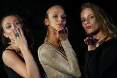 Девушки посылая поцелуи воздуха Стоковые Изображения