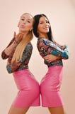 Девушки посылая поцелуи в розовых кожаных платьях Стоковые Изображения RF
