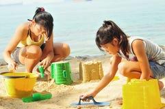 девушки потехи пляжа имея детенышей стоковое изображение rf