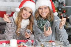 Девушки подготавливая для рождества Стоковая Фотография RF