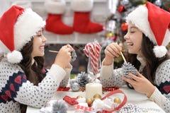 Девушки подготавливая для рождества Стоковые Фото