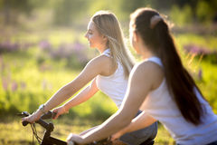 Девушки подростка задействуя в солнечном свете Стоковая Фотография RF