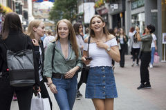 Девушки подростков детеныша идут вдоль улицы Carnaby Улица Carnaby одна из главных торговых улиц Лондона Стоковое фото RF