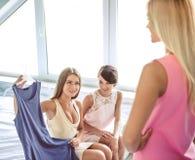 Девушки получая готовый к партии Стоковое Изображение RF