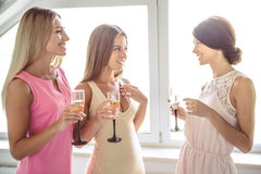 Девушки получая готовый к партии Стоковая Фотография RF