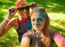 Девушки празднуют фестиваль holi, делают selfie Стоковое Фото