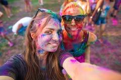 Девушки празднуют фестиваль holi, делают selfie Стоковые Фотографии RF