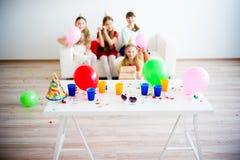 Девушки празднуя день рождения Стоковая Фотография RF