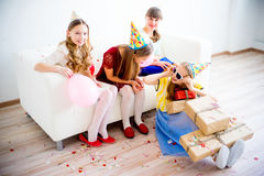 Девушки празднуя день рождения Стоковые Фото