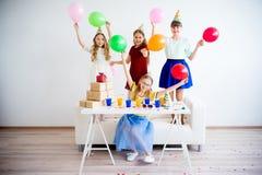 Девушки празднуя день рождения Стоковое Изображение RF