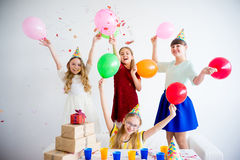 Девушки празднуя день рождения Стоковые Фотографии RF