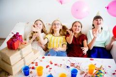 Девушки празднуя день рождения Стоковые Изображения