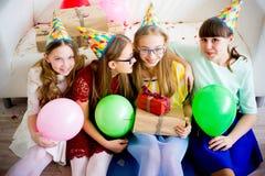 Девушки празднуя день рождения Стоковое Фото