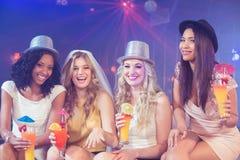 Девушки празднуя партию bachelorette Стоковые Фото