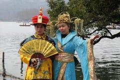Девушки представляя в костюмах традиционного китайския на берегах западного озера в Ханчжоу, Китае Стоковая Фотография RF