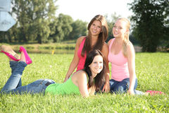 Девушки представляя в траве Стоковое фото RF