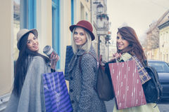 3 девушки представляя на улице Стоковая Фотография RF