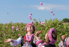 Девушки представляя во время фестиваля рудоразборки Розы в Болгарии стоковые фотографии rf