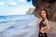 Девушки представляя на пляже перед утесом Стоковое Изображение RF