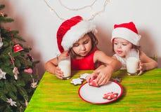 2 девушки приближают к рождественской елке Стоковая Фотография