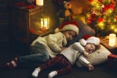 Девушки приближают к рождественской елке Стоковое Фото