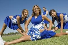 Девушки приветственного восклицания выполняя на поле Стоковое Изображение RF