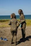 Девушки принимают процедуры с излечивать грязью Россия Стоковые Фотографии RF