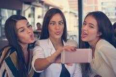 3 девушки принимают смешное selfie стороны Стоковые Изображения RF