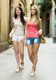 Девушки принимая прогулку в городе Стоковые Изображения RF