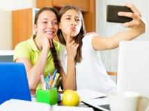 Девушки принимая фото selfie Стоковые Изображения RF