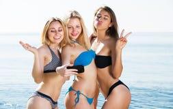 Девушки принимая selfie на пляже Стоковое Фото