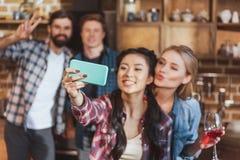 Девушки принимая selfie с мальчиками Стоковая Фотография