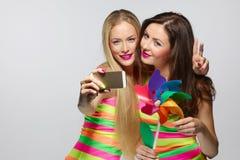 Девушки принимая selfie с smartphone Стоковые Изображения