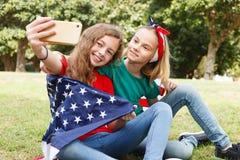2 девушки принимая selfie Стоковые Изображения RF