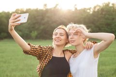 2 девушки принимая selfie Стоковые Фотографии RF