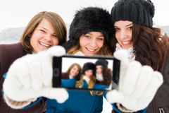 Девушки принимая Selfie Стоковые Фотографии RF