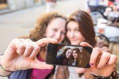 Девушки принимая Selfie Стоковая Фотография