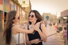 Девушки принимая Selfie Стоковое Изображение RF
