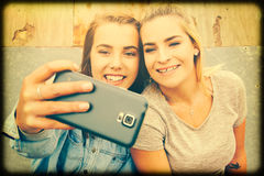 Девушки принимая selfie Стоковые Фото